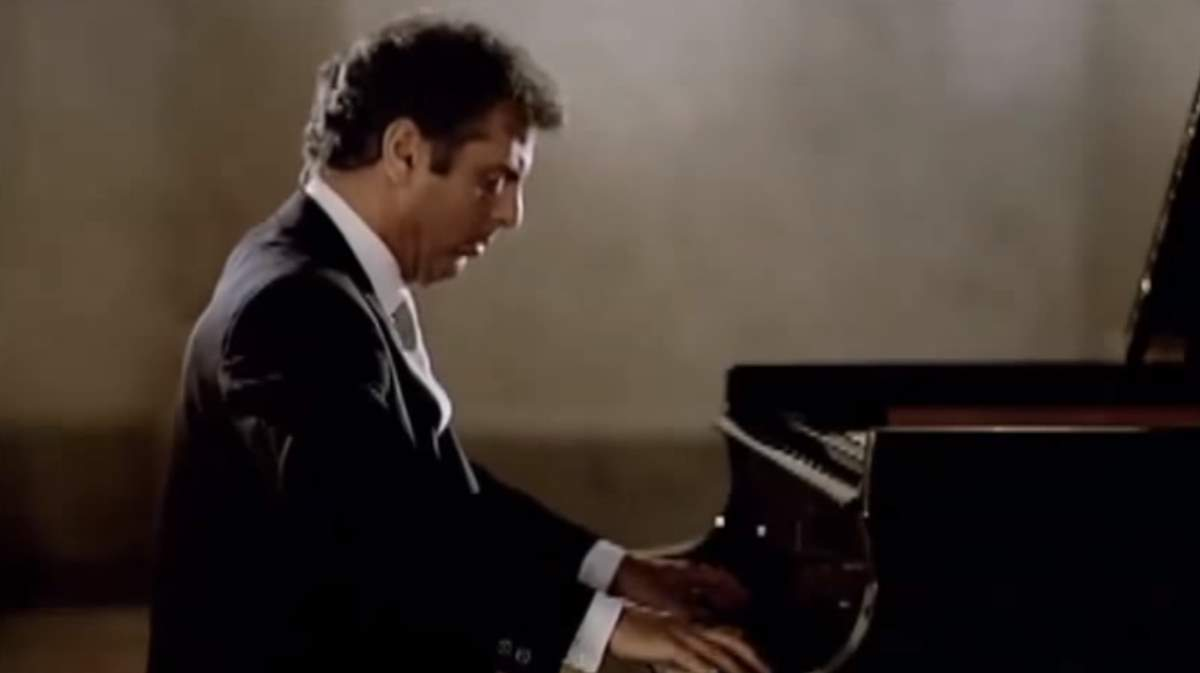 the piano sonata during the classical era Piano sonatas are usually written in three or four movements, although some piano sonatas have been written with a single movement (scarlatti, liszt, scriabin, medtner), two movements , five (brahms' third piano sonata) or even more movements.