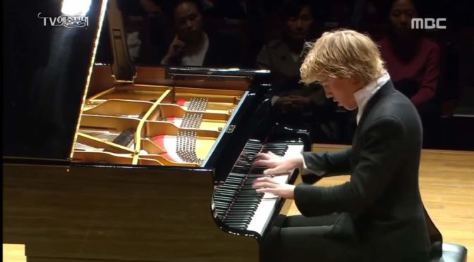 "Lucas Jussen plays Beethoven - Piano Sonata No. 21 ""Waldstein"""