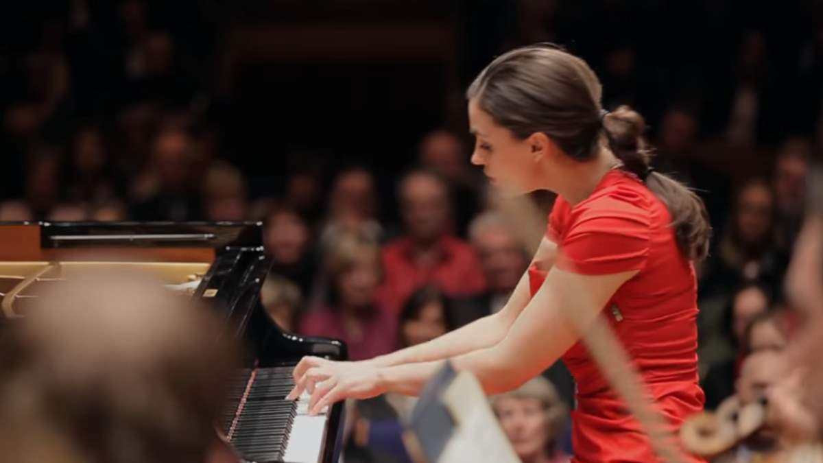 Olga Scheps performs Chopin Piano Concerto No. 1